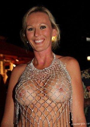 Подборка девушек которые ходят с открытой грудью в публичных местах - фото 2