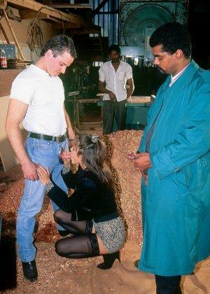 Аннабель ублажает четверых мужчин, позволяя им трахать себя во все щелки – ей это в удовольствие - фото 3