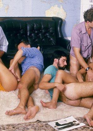 Ретро-снимки понравятся многим, ведь на них можно лицезреть сумасшедшее действо – групповой секс - фото 12
