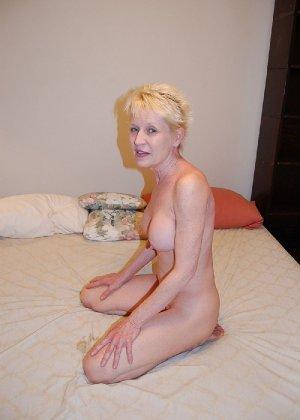 Опытная блондинка в голом виде показывает свои принадлежности - фото 31