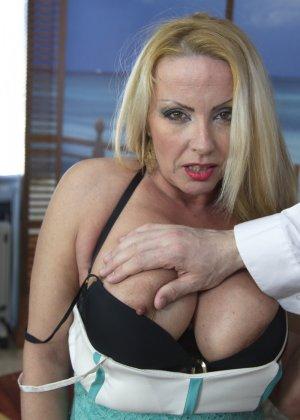 Блондинка с огромными сиськами оказалась профессиональной шлюшкой, которая отлично сосет и трахается во все щели - фото 3