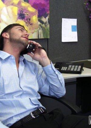 После успешного совещания приятно пригласить секретаршу Кайлу с большими буферами и трахнуть на офисном столе - фото 1