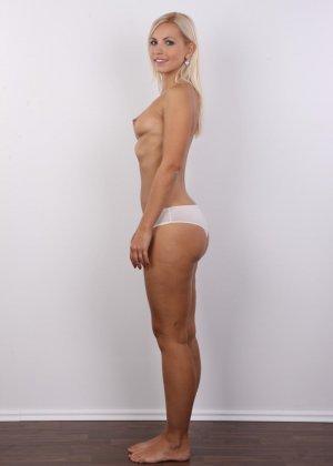 Блондинка с упругими сиськами сняла с себя всю одежду на порно кастинге - фото 7