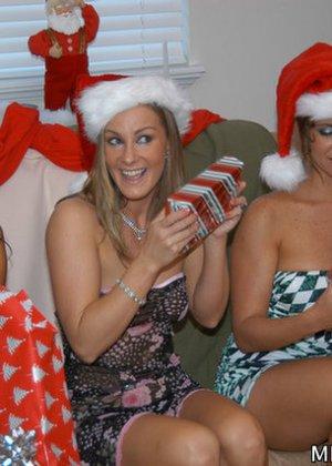 Девушки возбудились от примерки сексуальных нарядов и начали мастурбировать и лизать друг другу пезды - фото 3