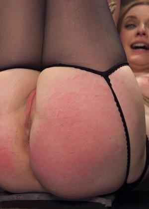 Жесткий извращенный трах во все дырочки очаровательной блондинки - фото 4