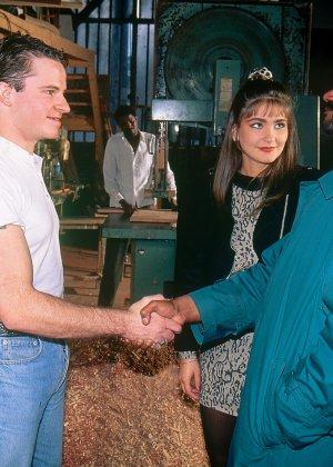 Аннабель ублажает четверых мужчин, позволяя им трахать себя во все щелки – ей это в удовольствие - фото 1