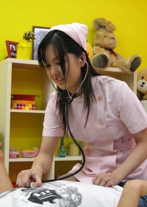 Азиатская медсестра трахается на дому у парня который её вызвал - фото 6