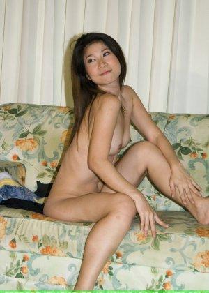 Худенькая красотка с интимной стрижкой в голом виде позирует на камеру - фото 11