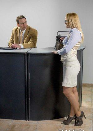 Пышногрудая блондинка так изголодалась по большому члену, что решила трахнуться с менеджером на его рабочем месте - фото 1