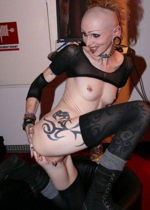 Татуированная неформальная дура писает в туалете - фото 7