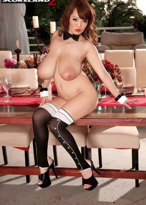 Азиатка с огромными сиськами позирует на камеру вывалив их на стол - фото 11