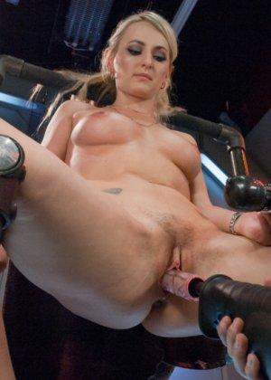 Белокурая потаскушка пользуется электрическим вибратором и секс машиной - фото 14