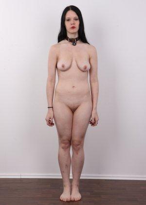 Эротическая фото сессия обнаженной брюнетки с некрасивыми сиськами - фото 9