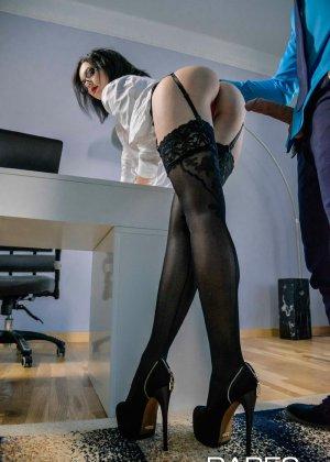Шери Ви давно хотела дать повышение своему лучшему сотруднику, но чтобы доказать свою профпригодность, ему пришлось трахнуть начальницу - фото 8