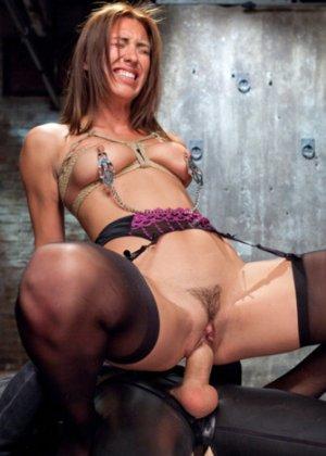 Мулатка обожает БДСМ, ее связывают и трахают разными вибраторами, мужик хочет, чтобы она описалась от удовольствия - фото 10