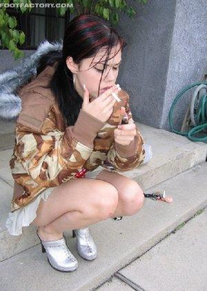 Девка в пьяном виде заставила пацана фоткать её мокрую киску - фото 1