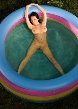 Красивая девушка обнажает свое тело перед камерой своего бойфренда - фото 34