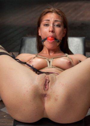 Мулатка обожает БДСМ, ее связывают и трахают разными вибраторами, мужик хочет, чтобы она описалась от удовольствия - фото 14