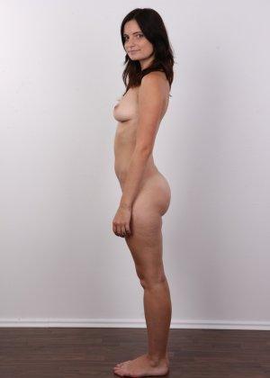 Чешская девушка с упругими сиськами на порно кастинге позирует голенькой - фото 9