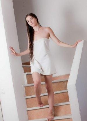 После ласкового вагинального секса тепленькая сперма брызнула в ротик красотки - фото 1