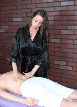 Миа умело работает своими руками, парень кончает от эротического массажа и записывается на повторный сеанс - фото 1