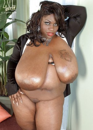 Очень большие сиськи всегда привлекают внимание, эта пышная негритянка потрясет своими дойками - фото 8