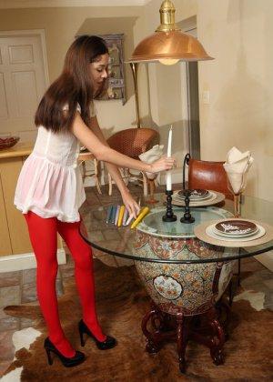 Раскрепощенная девушка раздвигает ножки и вставляет внутрь в себя целую горсть длинных свечей - фото 1