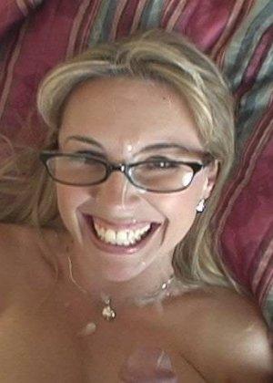 Медсестра с огромными сиськами отсасывает большой хуй у главврача, получая на лицо заряд спермы - фото 14