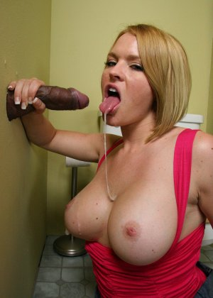 Девчонка с большими дойками сосет черный пенис в кабинете минета - фото 16
