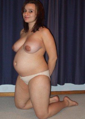 Беременная девушка в голом виде позирует перед камерой ради денег - фото 12