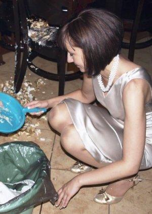 Домработница убирает после пьяного мужа - фото 12
