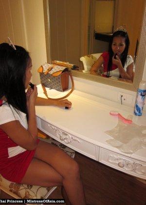 Красивая азиатская девушка со стройной фигуркой засветила свои трусики - фото 11