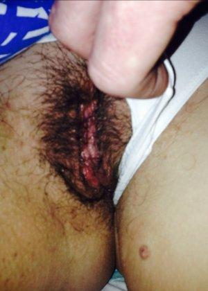 Волосатая пизда с мокрой щелочкой которая прячется за трусиками - фото 16