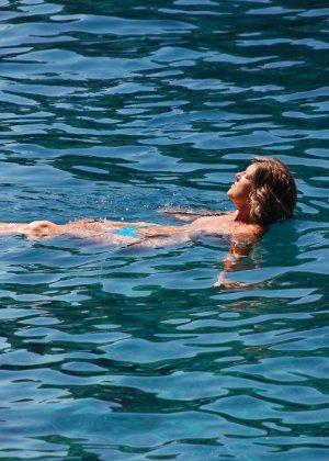 Отдых на море в эротических фото зрелой дамы на крутой фотик - фото 24