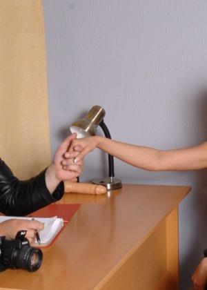 Девушка приходит в офис, а там развратный мужчина разрешает себя осмотреть со всех сторон - фото 1
