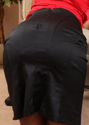 Джессика Кингхам – сексуальная секретарша, которая показывает свою красивую фигурку под одеждой - фото 9