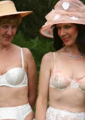 Две зрелых лесбиянки сосутся на природе и ласкают свои дырочки - фото 14