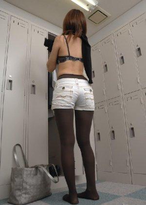 Скрытая камера запечетлела девушку которая разделась в уборной - фото 6- фото 6- фото 6