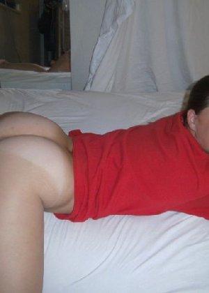 Девушка в красной майке снимает трусики и показывает свою киску - фото 11