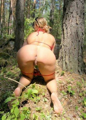 Страстная телка стоит в разных позах в лесу возле дерева - фото 5