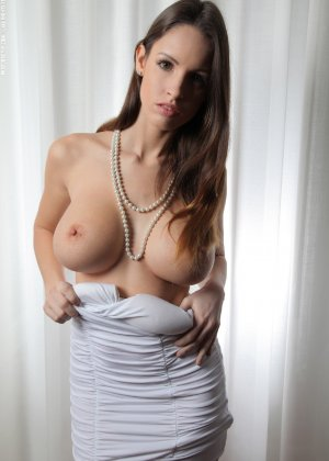 Молодая телка обнажает свою грудь и крутится во дому в голом виде - фото 4