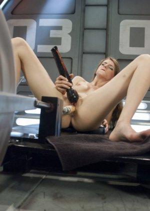 Секс машина достаточно быстро удовлетворила худенькую брюнетку Willow Hayes - фото 8