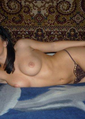 Брюнетка с красивым телом показывает свою круглую грудь перед мужем - фото 24