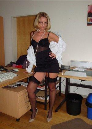 Страстная секретарша мастурбирует свою шмоньку в шефа дома - фото 4