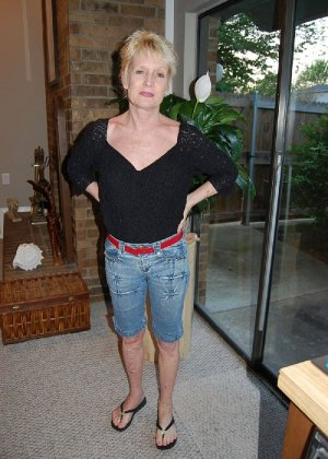 Опытная блондинка в голом виде показывает свои принадлежности - фото 40