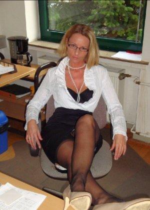 Страстная секретарша мастурбирует свою шмоньку в шефа дома - фото 1