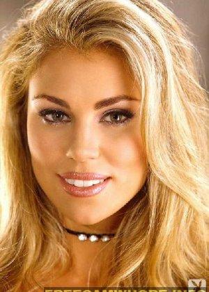 Блондинка сняла с себя трусики и показывает бритую промежность - фото 1