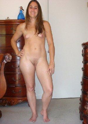 Сексуальная домработница скинула с себя влажные трусики и показывает пизду - фото 15