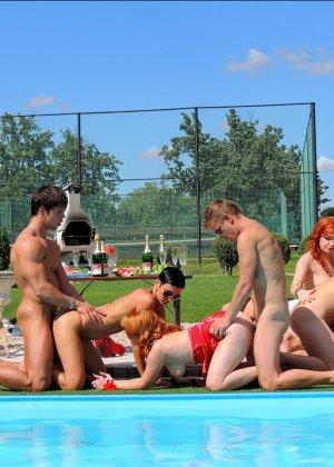 Около бассейна внезапно началась оргия, мужики ебут нескольких шлюшек и двоих бисексуалов во все дыры - фото 1