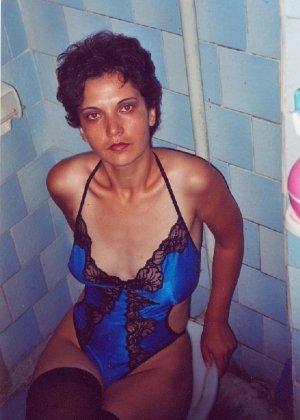Зрелая мадам в колготках позирует перед камерой на кухне - фото 11